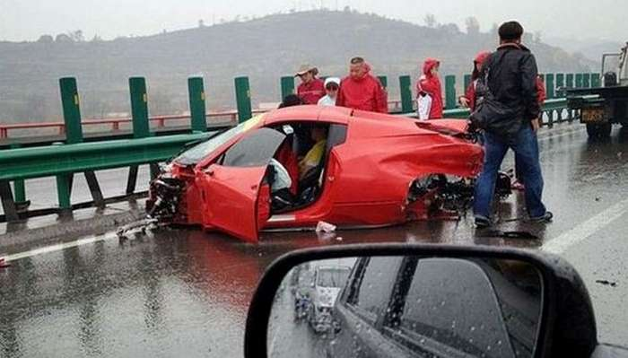 China-Ferrari and Lamborghini Crash