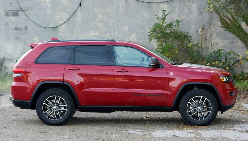 2017 jeep grand cherokee trailhawk side view 5