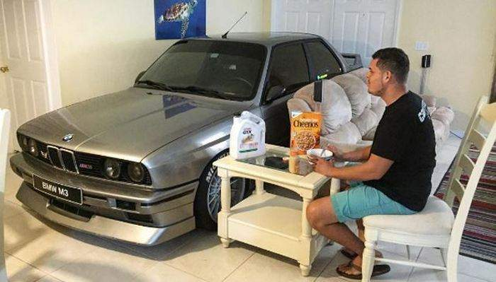 Gearhead Parked His BMW E30 M3 In the Livingroom image 1