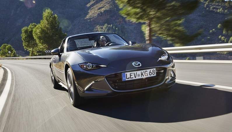2017 Mazda MX-5 RF 2.0 Features a Folding Hard-Top and It's Absolutely Amazing!